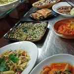 Assortimento gastronomico di primi e secondi piatti di carne e pesce, contorni vari caldi o fred