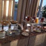 В клубных номерах в течение дня можно угоститься легкими закусками, напитками и шампанским в рес