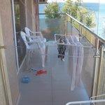 балкон, и соседний балкон, куда слетели ночью наши вещи