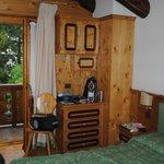 L'altro lato della camera, con cassettiera e uscita per il balcone