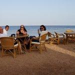 les tables du resto de l'hôtel, en bord de mer