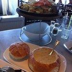 Cangrejo, camarones y clam chowder un trío perfecto con la mejor vista de la bahía....!