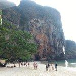 a caverna fica na base desta enorme rocha