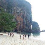 Em um extremo da praia, Phra Nang Cave