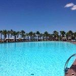 Magnifique piscine au cœur de l'hôtel et à 5 minutes à pied de la plage