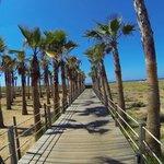 Les pontons qui donnent accès à la plage de Salgados