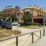 Gran Sol, hoofdgebouw en receptie rechts, duurdere kamers en zwembad  links
