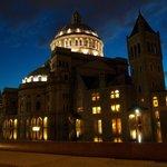 Edificio Iglesia Cientifica frente al hotel de noche