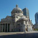 Edificio Iglesia Cientifica frente al hotel de día