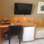 Quarto duplo com cofre, mesa de escritório, TV, mini bar