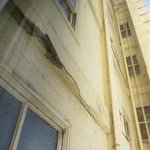 Rachaduras graves na parede do hotel, vistas da janela do meu quarto