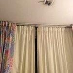 Cortina suja e falta lâmpada