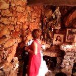 On pose ses priéres entre les pierres (chapelle)