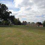 Golfplatz 18. Loch mit Hotel im Hintergrund
