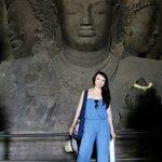 возле статуи Шивы трехликого