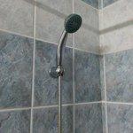 צינור מקלחת ישן וחלוד