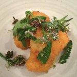 croquette de camembert et salade d'herbes