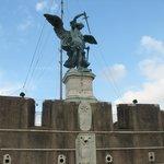L'arcangelo Michele rinfondera la spada