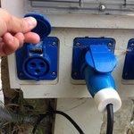 ¡Ojo! Acordaros que en este camping usa esta entrada de electricidad, se necesita el transformad