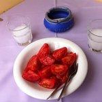 Tomaten uit eigen Griekse tuin met een lekker glaasje ouzo op het balkon van Archangelos-Village