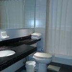 Banheiro com ótimo espaço e bancada. Chuveiro excelente!