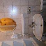 Salle de bains n°1 équipée d'une douche et d'un wc