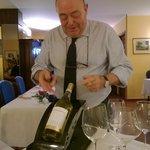 Der Chef beim Weinöffnen