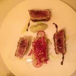 Tonno rosso con impanatura di pistacchio, crema di avocado ed insalatina estiva