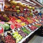 Uno dei banchi della frutta