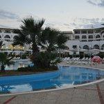 Hotellet og poolen