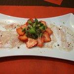 Thon cru et fraises, marinade de lait de coco et citron vert