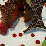 Dariole chocolat intérieur sorbet poivron rouge et framboises
