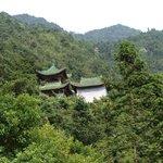 Kuil kuno di atas bukit.