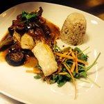 Bacalao a la plancha con arroz frito y verduras salteadas