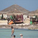les lits relax sur la plage (payante)
