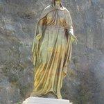 Statue de la vierge marie située sur la route de montagne à l'aller