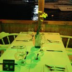 mesa reservada de frente a marina