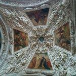 Sculptures et peintures au plafond