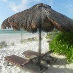 Camastro y palapa de playa