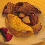 Ham & brie omelet with roasted potatoes