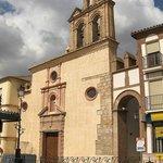La iglesia de la Victoria responde al tipo conventual de tres naves separadas por pilares crucif
