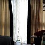 Rideau & grillage aux vitres, possibilité d'ouvrir la fenêtre