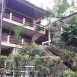 El hotel cuenta principalmente con escaleras, no existen rampas a la vista para discapacitados
