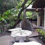 Pequeña plaza, al fondo el pequeño lugar donde se sirven los desayunos
