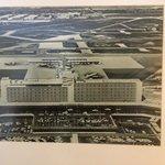 Quadro no quarto mostrando foto da inauguração do hotel/aeroporto