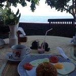 Rico desayuno con vistas al mar