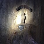 Santa no meio de um dos túneis