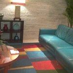 lobby muy colorido
