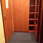 Ingresso camera con armadio spazioso e specchio