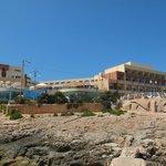 Avant de l'hotel (vue depuis la côte rocheuse à l'avant)